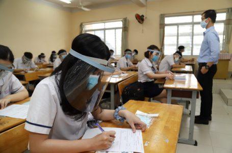 Học sinh trường THPT Trần Quang Khải (Q.11, TP.HCM) đeo nón che mặt trong ngày đi học lại sáng 4-5. Ảnh: NHƯ HÙNG