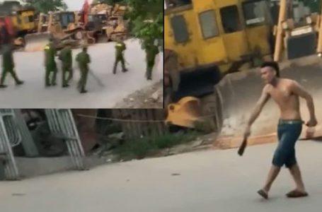 Đối tượng cầm dao uy hiếp người dân trên đường.