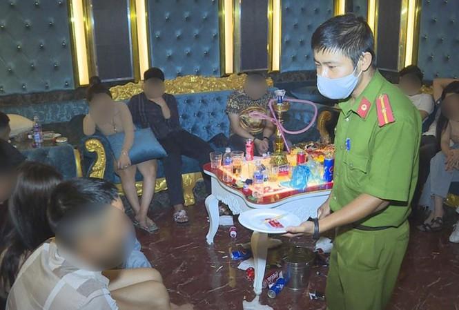 Quán karaoke bên ngoài đóng cửa, bên trong 43 thanh niên sử dụng ma túy