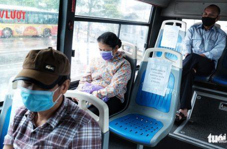Hành khách đi xe buýt ở Hà Nội vẫn phải đeo khẩu trang nhưng sẽ không phải ngồi giãn cách từ ngày 7-5 – Ảnh: MAI THƯƠNG