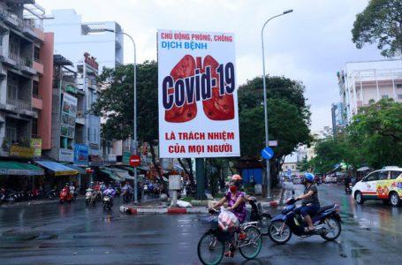 Khẩu hiệu tuyên truyền chống dịch Covid-19 tại Việt Nam. (Ảnh: Reuters)