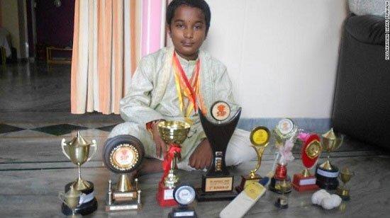 Cậu bé 5 tuổi chấn thương nứt hộp sọ, 20 tuổi trở thành người tính nhanh nhất thế giới