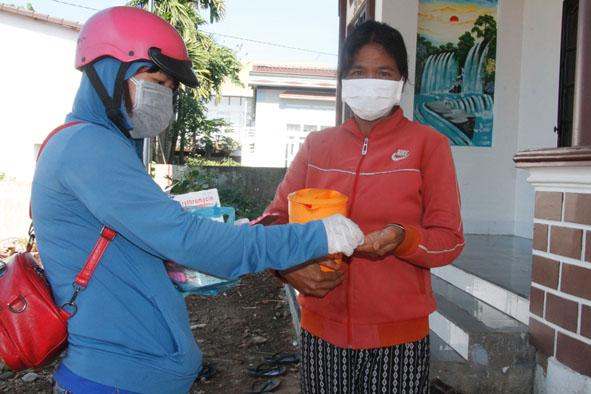 Đoàn viên thanh niên tham gia phát thuốc kháng sinh dự phòng và giám sát người dân uống tại chỗ.