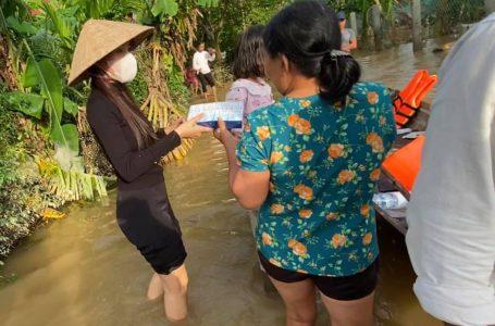 Ca sĩ Thủy Tiên không ngại nước lũ sẵn sàng cứu trợ bà con miền Trung
