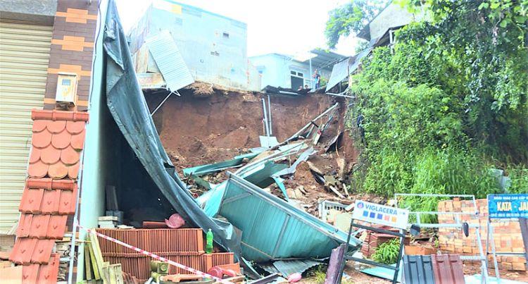 Hàng chục ngôi nhà ở trung tâm TP Buôn Ma Thuột có nguy cơ đổ sập do mưa lớn