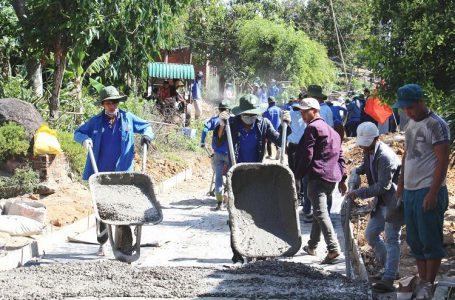 Thanh niên tình nguyện giúp người dân xã Ea Hiao, huyện Ea H'Leo làm đường giao thông nông thôn.