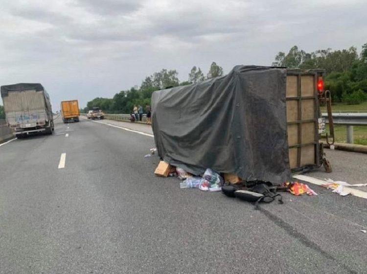 """Đăk Lăk: Xe chở bánh tét, bánh kẹo """"hướng về miền Trung"""" gặp nạn trên cao tốc"""