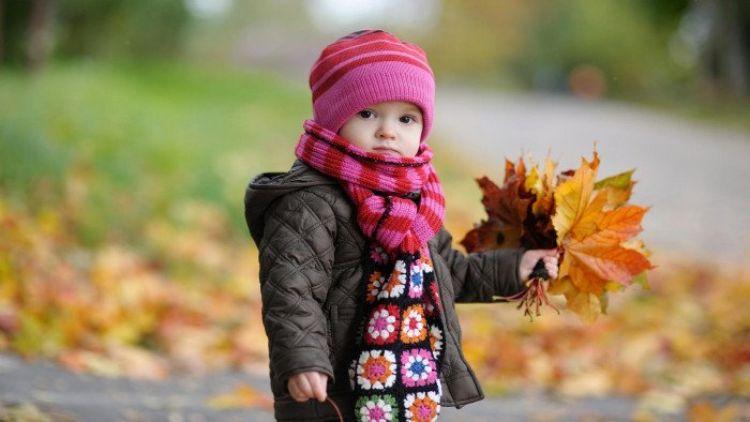 trẻ mặc áo ấm