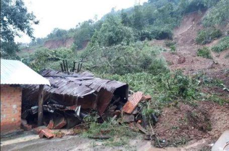 Sạt lở núi khiến nhiều căn nhà ở huyện Krông Bông bị sập và vùi lấp