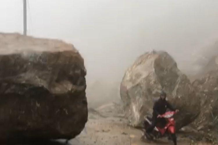 """Kon Tum: Kinh hãi cảnh đá """"khủng"""" lăn xuống chắn đường Trường Sơn Đông"""