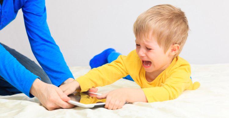 Con trẻ, bố mẹ và chiếc điện thoại!