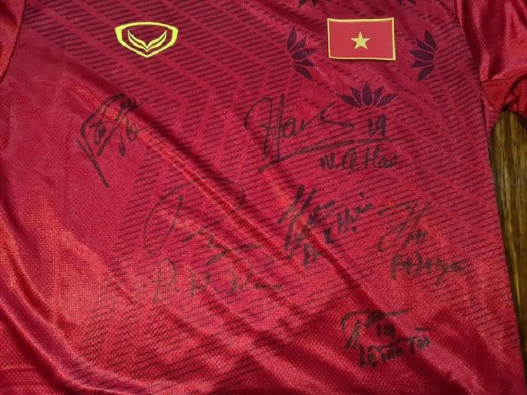 áo có chữ ký từ thiện