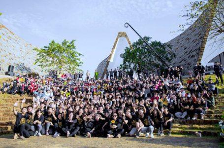 Đoàn sản xuất MV chụp ảnh lưu niệm cùng khán giả tham dự buổi lễ ra mắt.