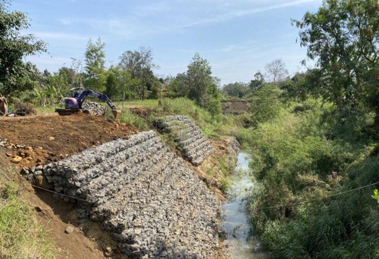 Lạ đời: Kênh Đăk Lăk thấp hơn ruộng cả mét, xây xong bỏ hoang rồi phải gia cố(!)