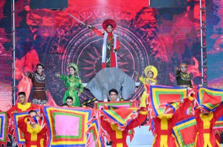 Phương Hồ thổi hồn lịch sử vào show thời trang áo dài
