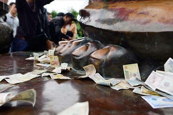 Cần xóa bỏ lệ đổi tiền lẻ đi chùa
