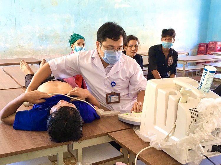 Khám bệnh và phát thuốc miễn phí cho người dân xã Ea Trang (huyện M'Dắk)