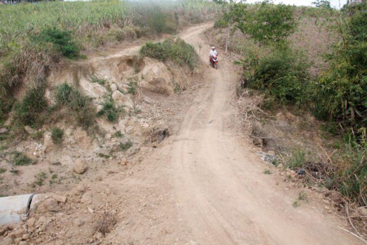 Người dân xã Ea Sar mong mỏi có một con đường