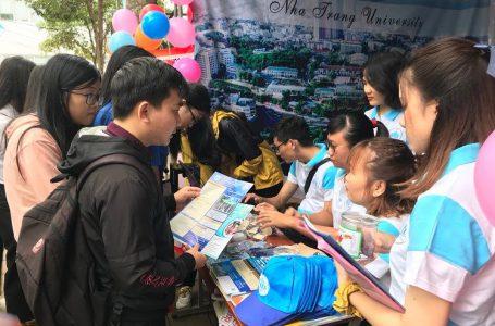 Học sinh lớp 12 tỉnh Đắk Lắk tìm hiểu thông tin tuyển sinh đại học, cao đẳng. Ảnh: Nguyên Hoa
