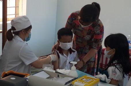 Học sinh Trường tiểu học Nguyễn Đức Cảnh (phường Tân Lợi) được tiêm vắc xin Td