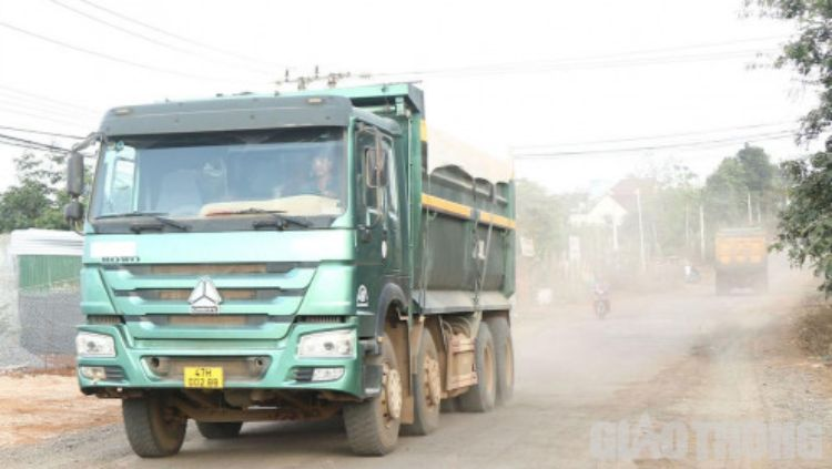 Dân chặn dàn xe ben chở đá 'cày' nát đường ở Đắk Lắk