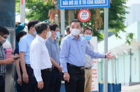 Chủ tịch Hà Nội Chu Ngọc Anh đang ở Bệnh viện K. Trong ảnh: ông Ngọc Anh đang trao đổi với thứ trưởng Bộ Y tế Trần Văn thuấn – Ảnh: NAM TRẦN