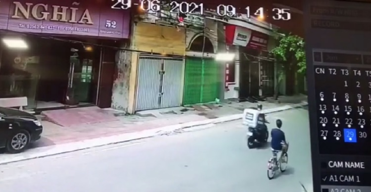 """""""Đứng tim"""" với khoảnh khắc em bé rơi từ lan can tầng 2 được người đàn ông đi xe đạp chạy đến ứng cứu"""