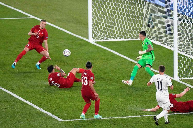 EURO 2020: Pha đá phản lưới nhà đi vào lịch sử!