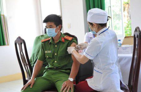 Những lực lượng ưu tiên, tuyến đầu trong phòng chống dịch sẽ được tiêm vắc xin phòng Covid-19 lần 2. Ảnh Ngọc Giàu.