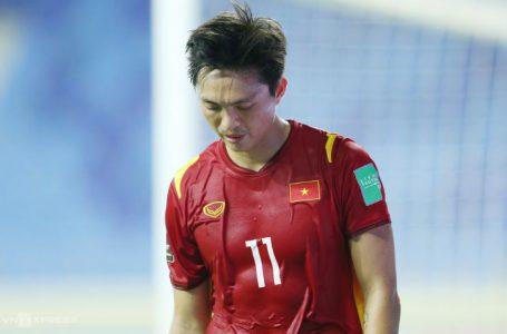 Tuấn Anh rời sân trong trận đấu gặp Indonesia sau pha phạm lỗi thô bạo của hậu vệ Pratama Arhan Alif