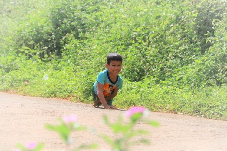Đắk Nông: Khâm phục nghị lực phi thường của cậu bé đến trường bằng đôi tay
