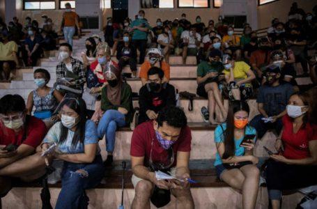 Người dân chờ tiêm ngừa COVID-19 tại Manila, Philippines ngày 21-7 – Ảnh: REUTERS