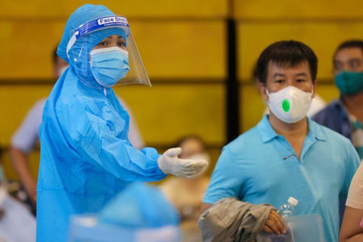 H'Hen Niê làm điều phối viên hướng dẫn người dân tại các điểm tiêm vắc xin
