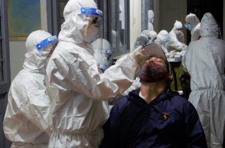 Công dân trở về từ Đồng Nai được lấy mẫu xét nghiệm SARS-CoV-2 tại Trường THPT Dân tộc nội trú Nơ Trang Lơng.