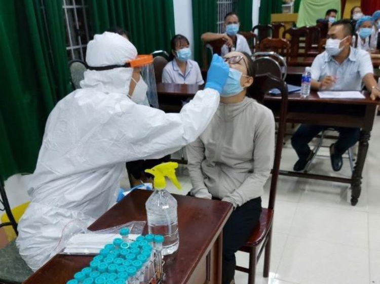 Huyện Lắk: Xét nghiệm test nhanh SARS-CoV-2 cho các thí sinh dự thi tốt nghiệp THPT năm 2021