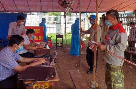 Người dân khai báo y tế tại Chốt kiểm soát phòng, chống dịch trên Quốc lộ 14 đoạn qua xã Hòa Phú (TP. Buôn Ma Thuột).
