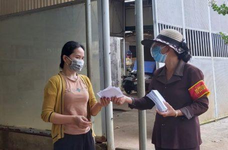 Tổ trưởng tổ dân phố 6, phường Tân An (TP. Buôn Ma Thuột) phát phiếu đi chợ cho một hộ dân trên địa bàn.