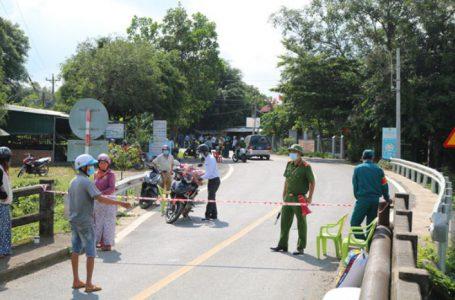 Lực lượng chức năng thiết lập vùng cách ly tại thôn Phú Hòa, xã Mỹ Đức, huyện Đạ Tẻh. Ảnh: Thu Hiền/báo Lâm Đồng