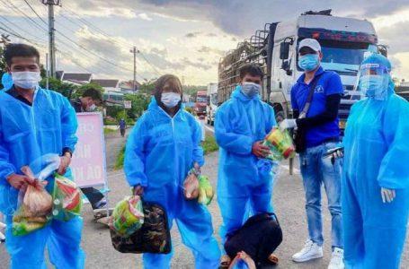 """Đắk Lắk: """"Chuyến xe 0 đồng"""" hỗ trợ bánh mì, sữa và nước lọc cho người dân"""
