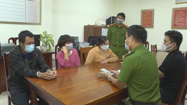 Đắk Lắk: Bị bắt vì đánh bạc, nữ 9X chi 400 triệu 'chạy án'