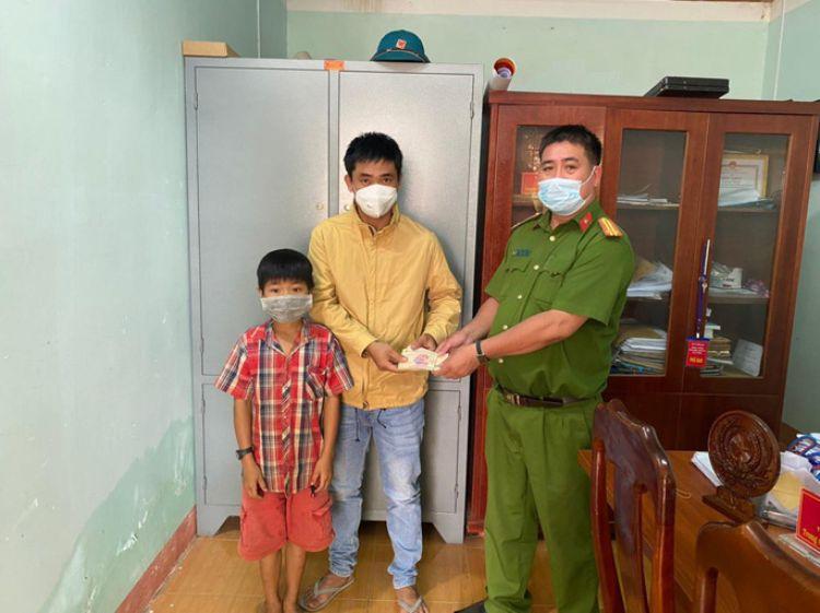 Đắk Lắk: Cậu bé chăn bò nhặt được gần 19 triệu đồng, tìm người trả lại