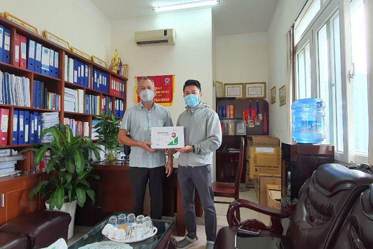 Đắk Lắk: Nam sinh viên trường Đại học Buôn Ma Thuột trao tặng Sở Y tế 2 bộ đặt nội khí quản có camera