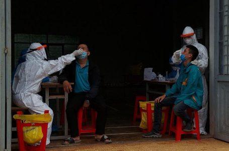 Nhân viên y tế lấy mẫu xét nghiệm cho đội ngũ nhân viên giao hàng khu vực thành phố Buôn Ma Thuột.