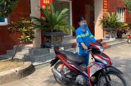 Ấm lòng: Các chiến sĩ công an góp tiền tặng xe máy mới cho nữ lao công ở Hà Nội bị cướp xe trong đêm