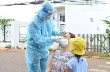 Lực lượng y tế lấy mẫu xét nghiệm SARS-CoV-2 đối với người dân thôn 7, xã Cư Êbur, TP. Buôn Ma Thuột.