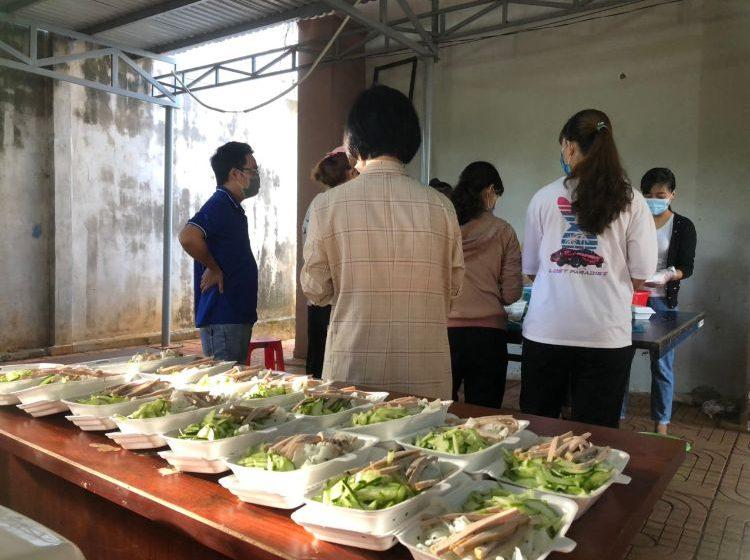 Sáng 25/08/2021 tại UBND xã Bình Thuận – Sáng tối đỏ lửa nấu cơm miễn phí cho bà con về quê cách ly