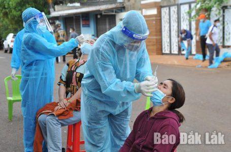 Lực lượng y tế lấy mẫu xét nghiệm SARS-CoV-2 đối với người dân hẻm 427 đường Y Moal.