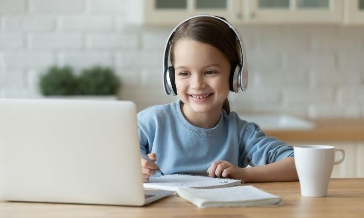 Trẻ học trực tuyến thế nào để không hại mắt, hại tai?