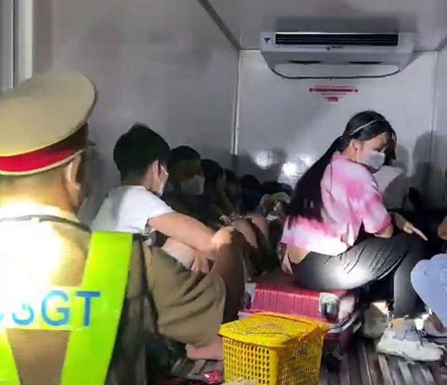 Nhét 15 người, cả trẻ em trong thùng xe đông lạnh để 'thông chốt' về quê